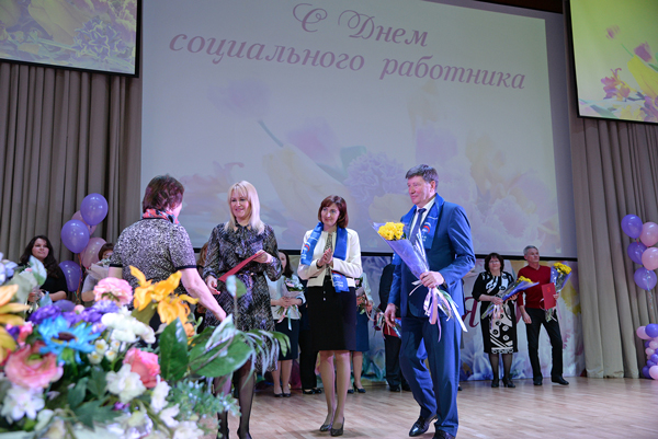 Виктор Назаров иВладимир Варнавский поздравили социальных работников спрофессиональным праздником
